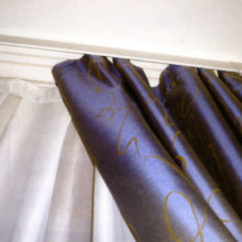 Как повесить шторы на потолочный карниз?