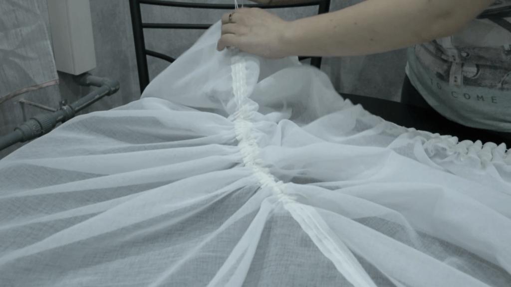 Стягиваем драпировочную тесьму